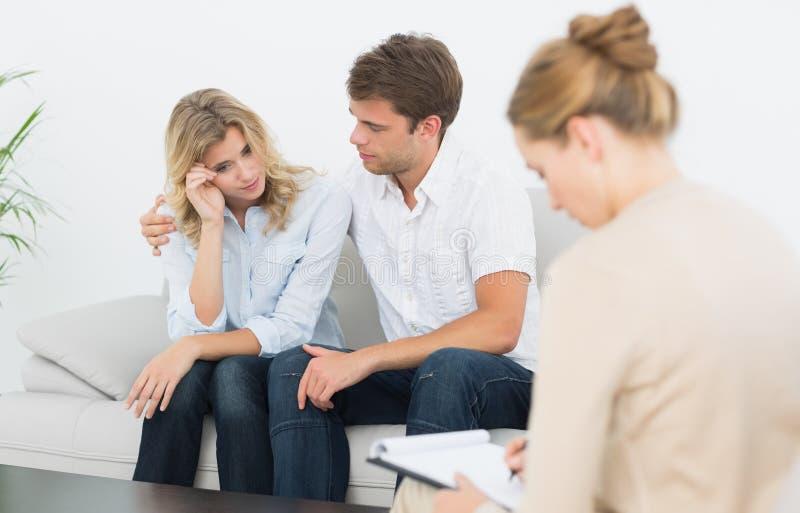 Paar in vergadering met een financiële adviseur stock afbeelding