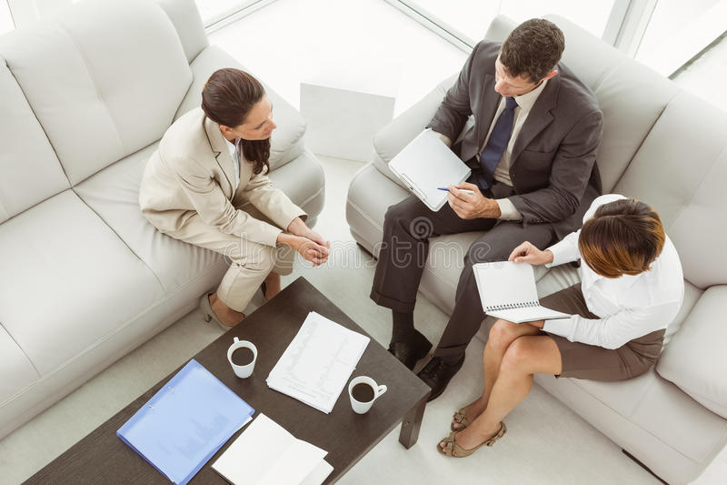 Paar in vergadering met financiële adviseur thuis royalty-vrije stock afbeeldingen