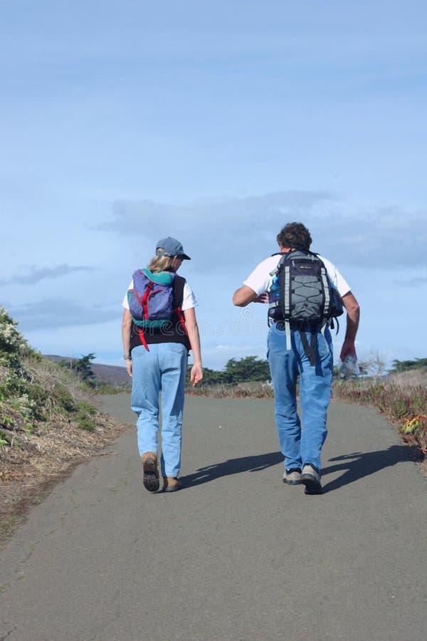 Paar-Wandern lizenzfreies stockbild