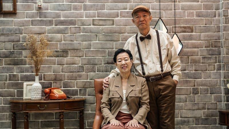 Paar-Weinlesemode Rich Asians ältere im Luxushaus lizenzfreies stockbild
