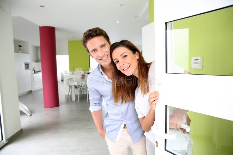 Paar welkom hetende mensen thuis royalty-vrije stock afbeelding