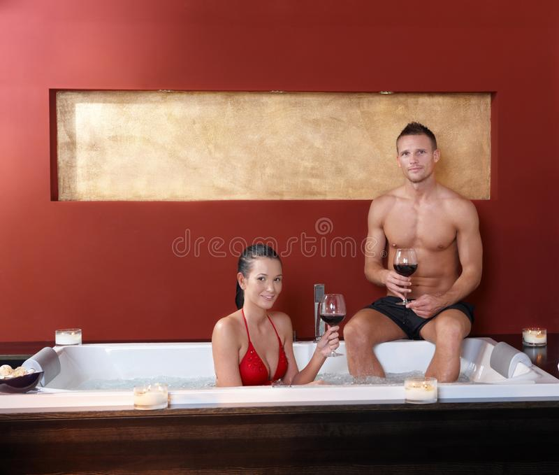 Paar in wellnessJacuzzi stock fotografie