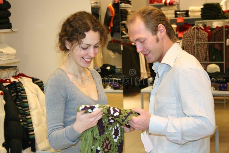 Paar in winkel stock afbeelding