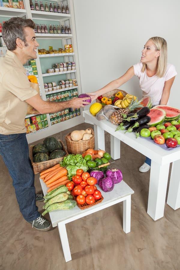 Paar winkelen groenten stock foto's