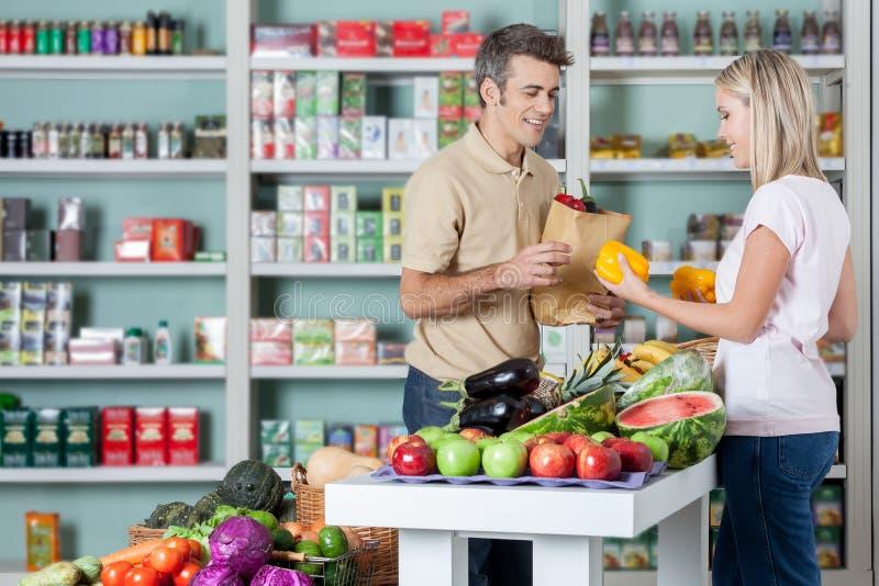 Paar winkelen groenten stock afbeeldingen