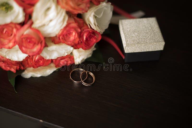 Paar witgoudtrouwringen met diamanten in de ring van vrouwen en steenoppervlakte in de ring van mannen Zilveren bruiloftringen op royalty-vrije stock fotografie