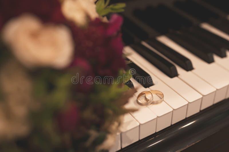 Paar witgoudtrouwringen met diamanten in de ring van vrouwen en steenoppervlakte in de ring van mannen Zilveren bruiloftringen op royalty-vrije stock afbeelding