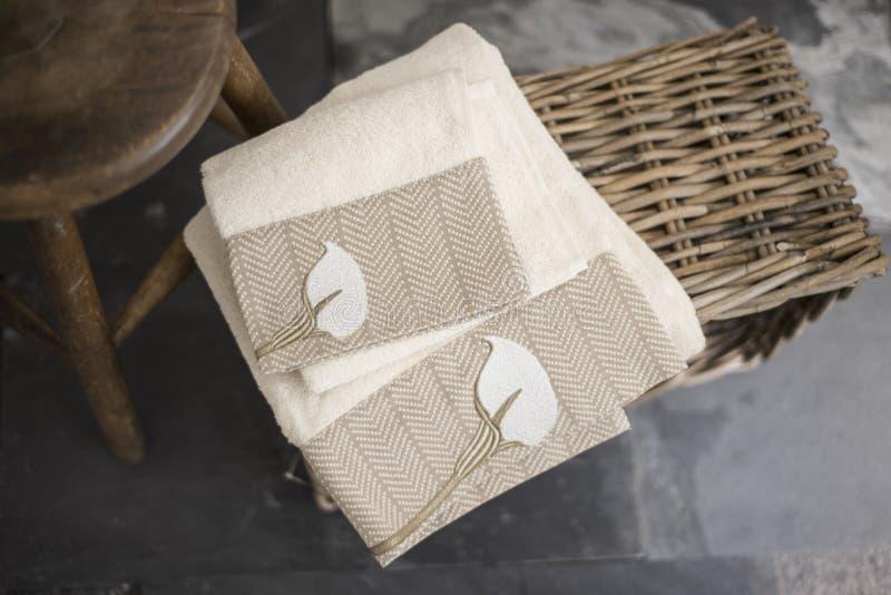 Paar Witte Handdoeken met Geborduurd Bruin Bloemontwerp royalty-vrije stock afbeeldingen