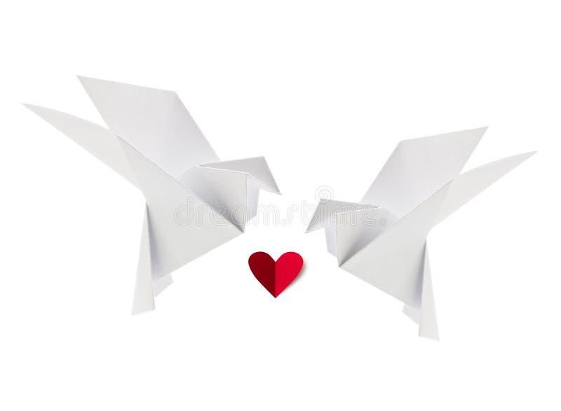 Paar witte het houden van duif van origami met rood hart royalty-vrije stock fotografie