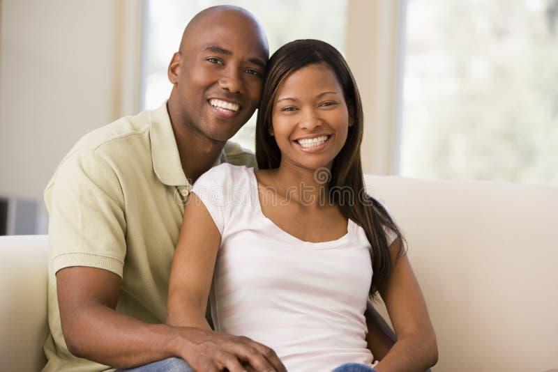 Paar in woonkamer het glimlachen royalty-vrije stock foto's