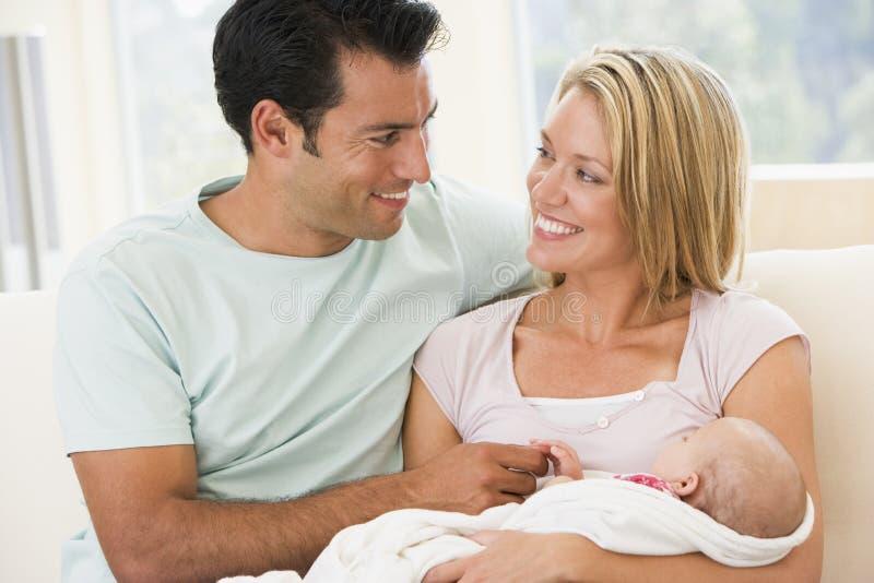 Paar in woonkamer met baby stock foto's