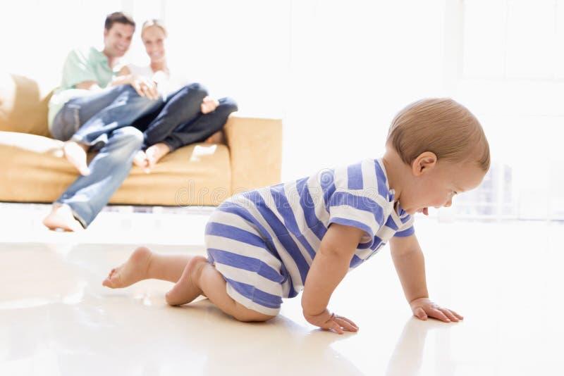 Paar in woonkamer met baby royalty-vrije stock afbeelding
