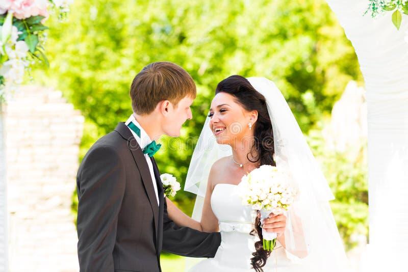 Paar worden die die bij een Openluchthuwelijksceremonie wordt gehuwd royalty-vrije stock fotografie