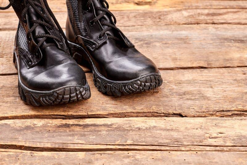 Paar zwarte laarzen van de leermilitair stock afbeelding