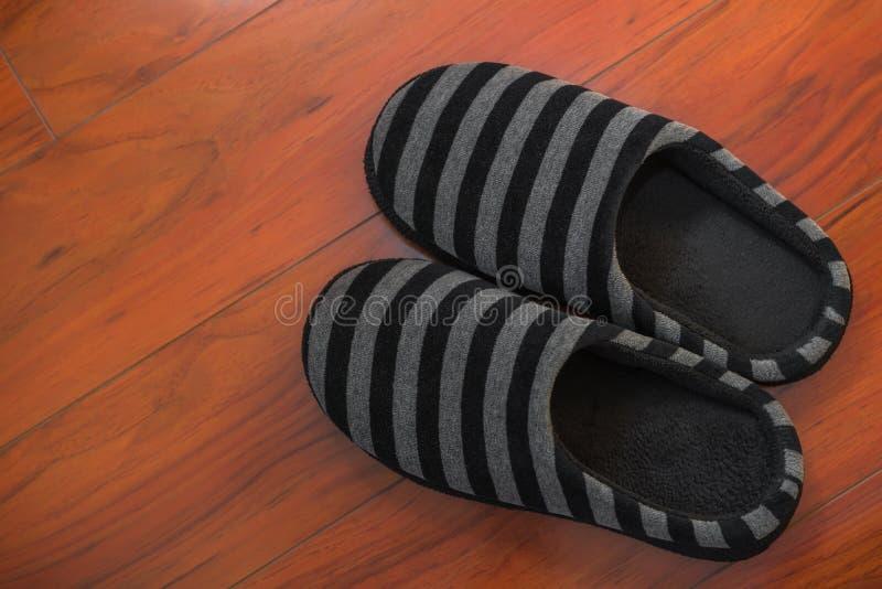 Paar zwarte schoenen voor de mens op houten vloer royalty-vrije stock afbeeldingen