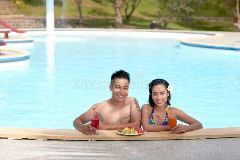 Paar in zwembad stock afbeeldingen