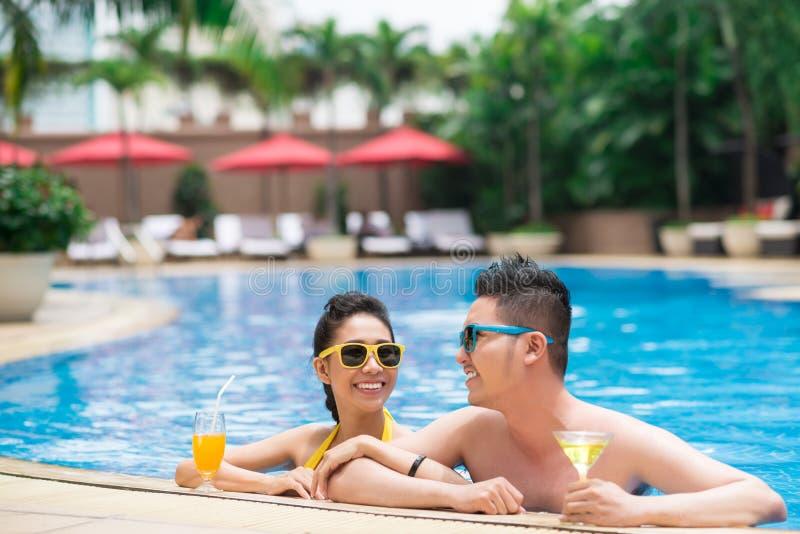 Paar in zwembad royalty-vrije stock afbeeldingen