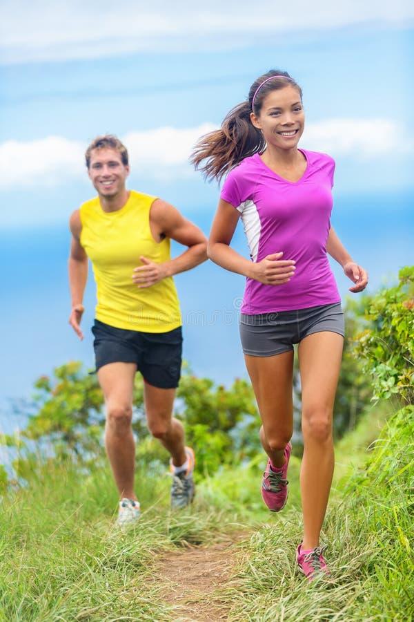 Paarathletenspur, die zusammen in Natur läuft lizenzfreie stockfotos