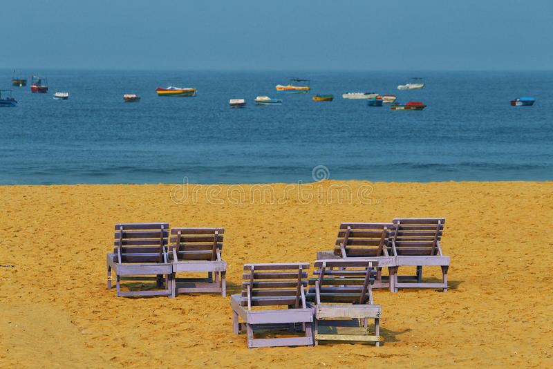 Paarbanken op het strand royalty-vrije stock fotografie