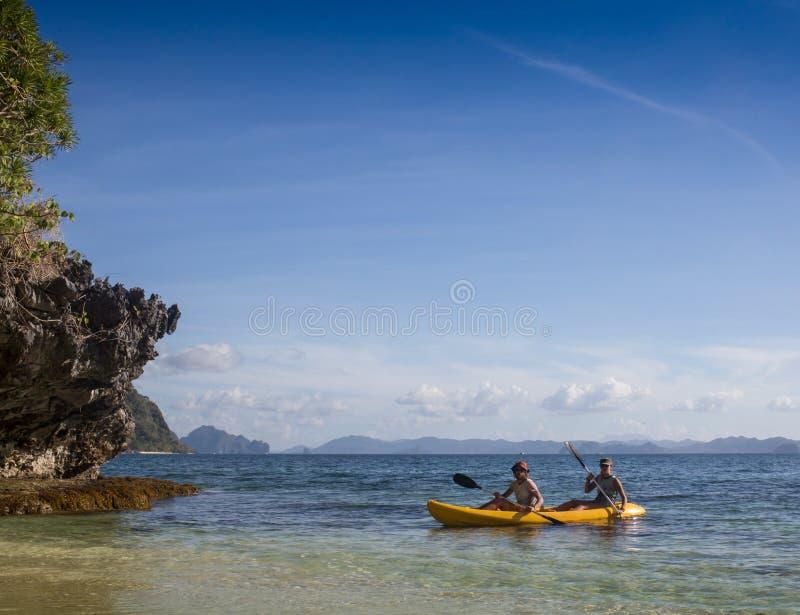 Paarcanoeing in lagune van West- Franse Brits-Indië stock foto