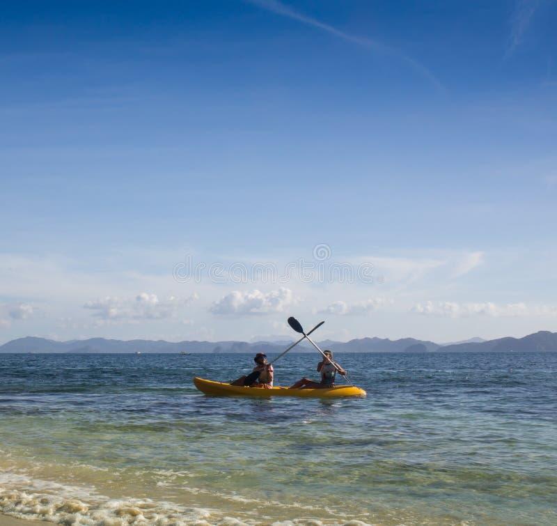 Paarcanoeing in lagune van West- Franse Brits-Indië stock fotografie
