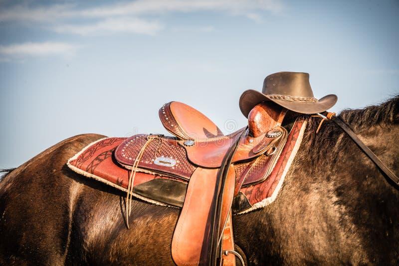 Paard en Zadel met Cowboy Hat stock foto's