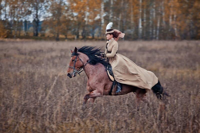 Paard-jaagt Met Dames In Het Berijden Gewoonte Redactionele Stock Foto
