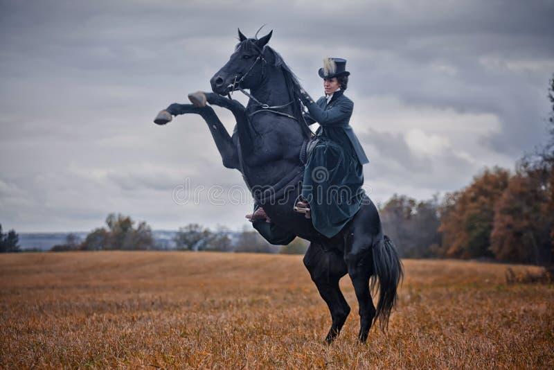 Paard-jaagt met dames in het berijden gewoonte royalty-vrije stock foto