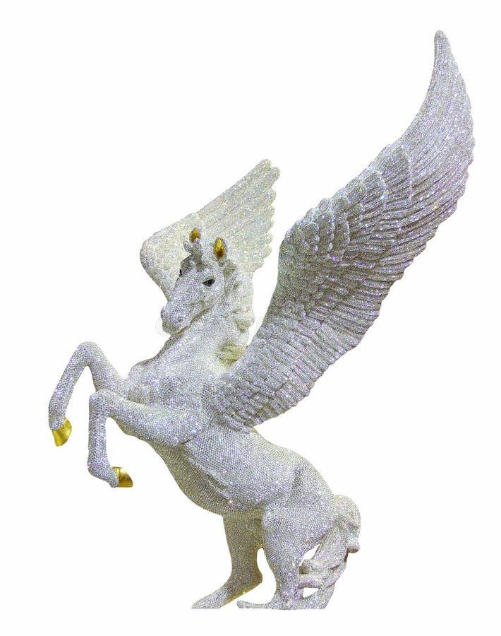 Paard met vleugelstandbeeld met diamanten wordt op witte achtergrond worden geïsoleerd verfraaid die royalty-vrije stock afbeelding