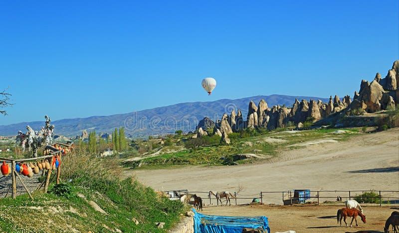 Paardboerderij in mooi landschap Cappadocia Turkije stock fotografie