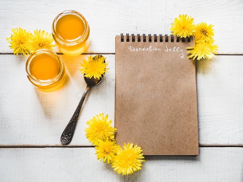 Paardebloemen, notitieboekje met een blanco pagina stock afbeeldingen