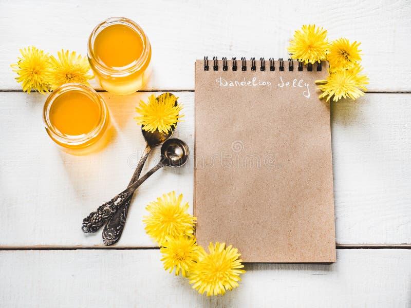 Paardebloemen, notitieboekje met een blanco pagina royalty-vrije stock fotografie