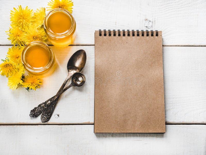 Paardebloemen, notitieboekje met een blanco pagina royalty-vrije stock foto