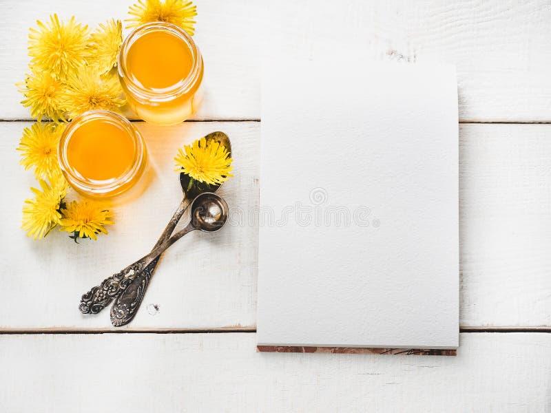 Paardebloemen, notitieboekje met een blanco pagina royalty-vrije stock afbeeldingen