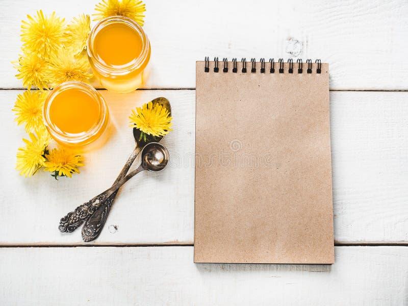 Paardebloemen, notitieboekje met een blanco pagina stock foto's