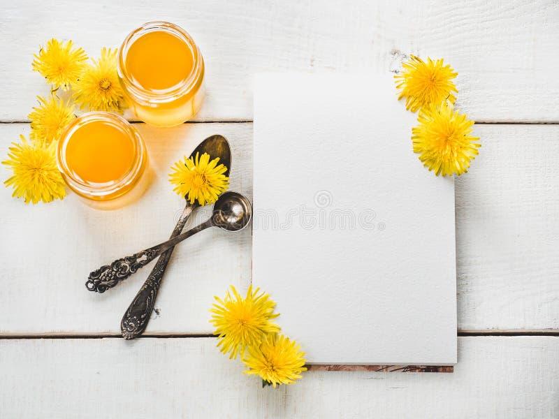 Paardebloemen, notitieboekje met een blanco pagina stock afbeelding