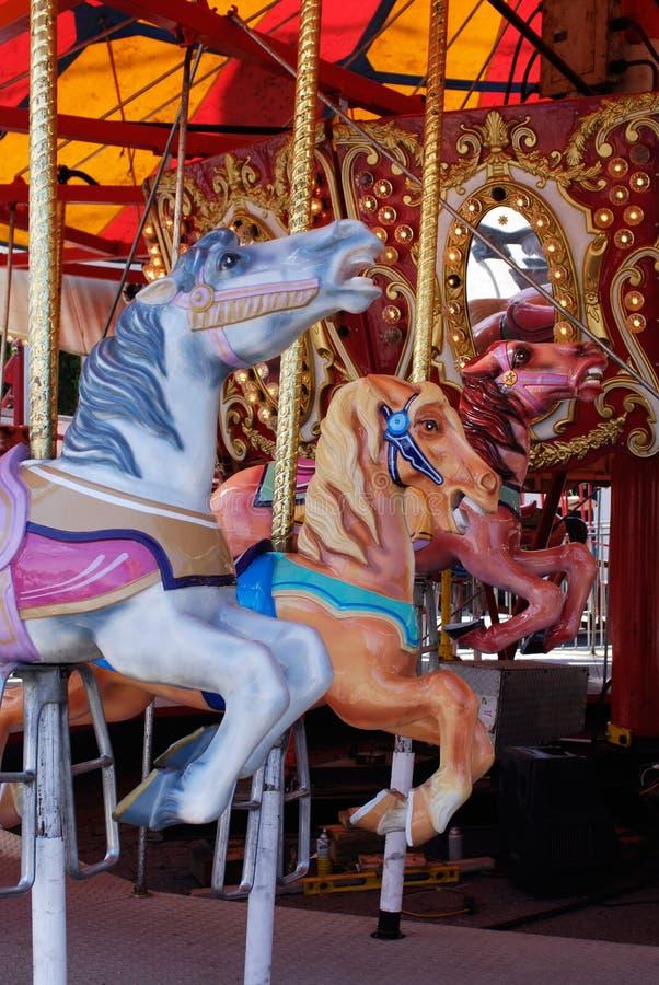 Paarden in carrousel, vrolijk-gaan-rond in Carnaval stock afbeelding