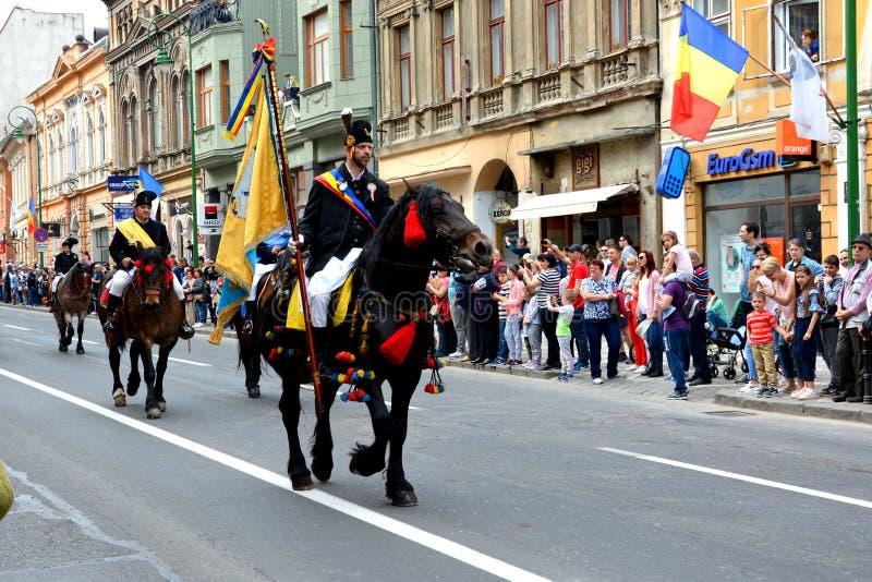 Paarden en ruiters tijdens de parade van Brasov Juni stock foto's