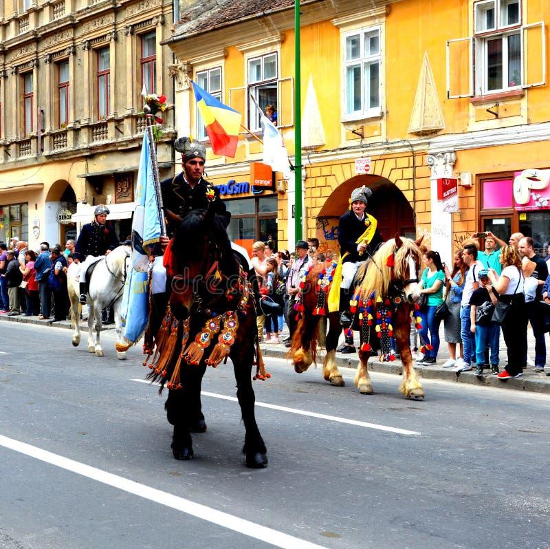 Paarden en ruiters tijdens de parade van Brasov Juni royalty-vrije stock foto's