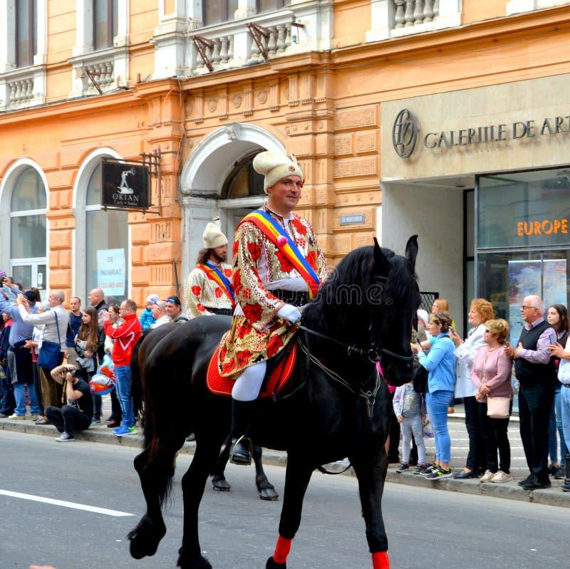 Paarden en ruiters tijdens de parade van Brasov Juni stock afbeeldingen