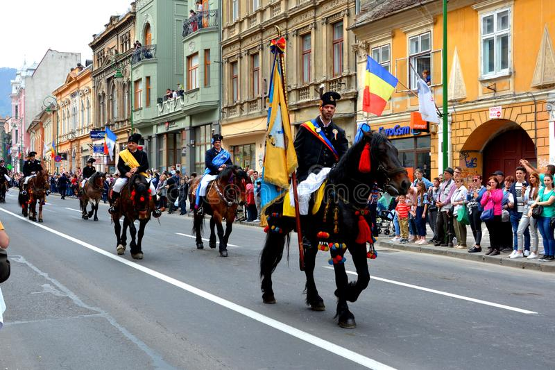 Paarden en ruiters tijdens de parade van Brasov Juni royalty-vrije stock fotografie