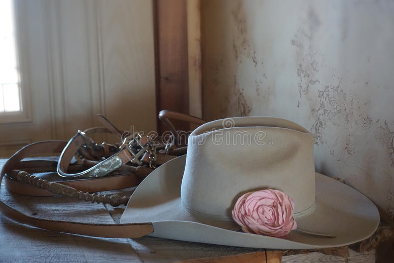 Paardenriemen, hoed met bloem, cowboysstijl stock foto's