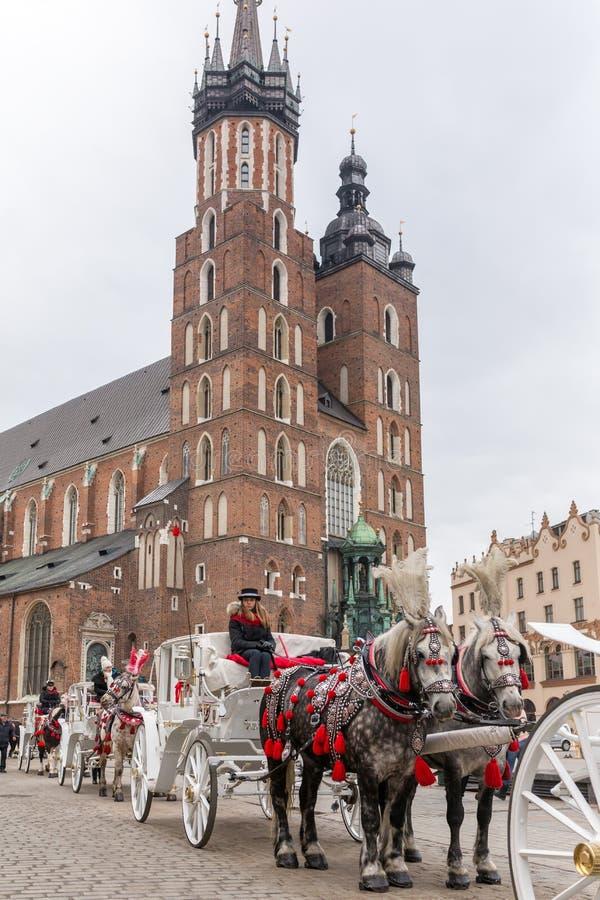 Paardenvervoer in Hoofd vierkante geroepen Rynek Glowny in Krakau, Polen royalty-vrije stock afbeeldingen