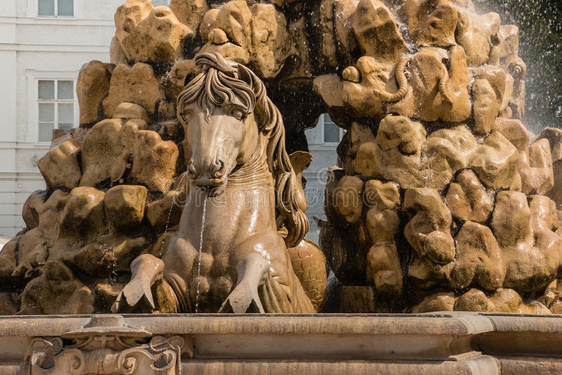 Paardfontein bij Residentzplatz-vierkant in Salzburg, Oostenrijk stock foto's
