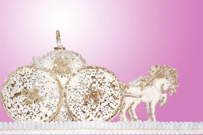 Paardkarren van de marsepein van het suikerdeeg gouden roze dat als achtergrond worden gemaakt royalty-vrije stock foto's