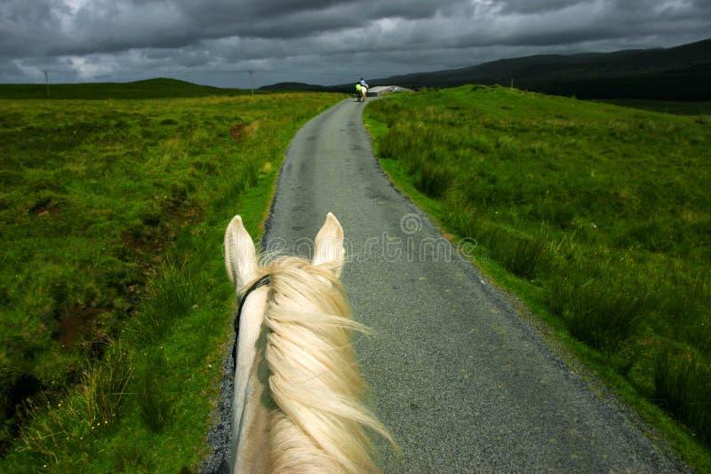 Paardrijden in Portree stock fotografie