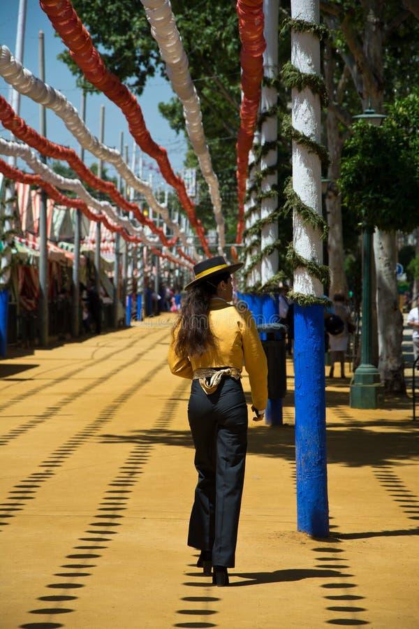 Paardruiters die door Sevilla ` s Feria, Spanje wandelen stock fotografie