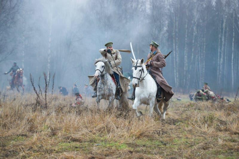 Paardstrijd Fragment van de internationale militair-historische festival` Burgeroorlog in Rusland: Noordwesten, 1919 ` royalty-vrije stock fotografie