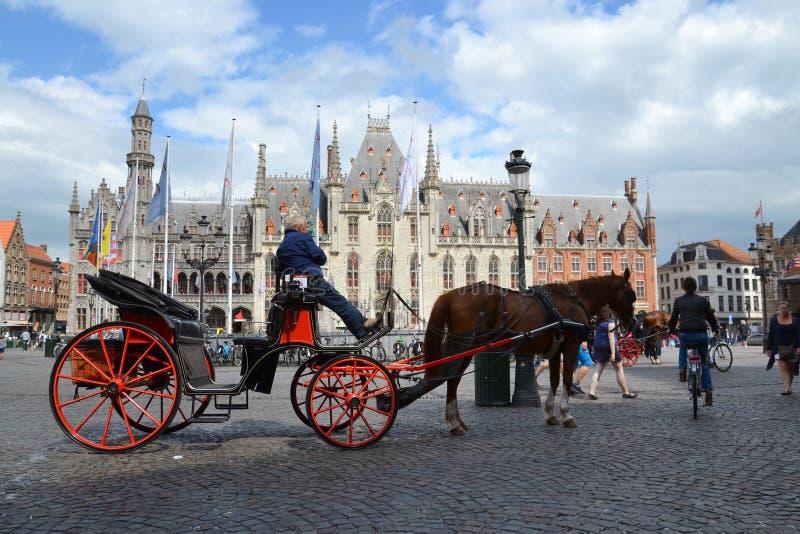 Paardvervoer op het Marktvierkant in Brugge, België royalty-vrije stock foto's