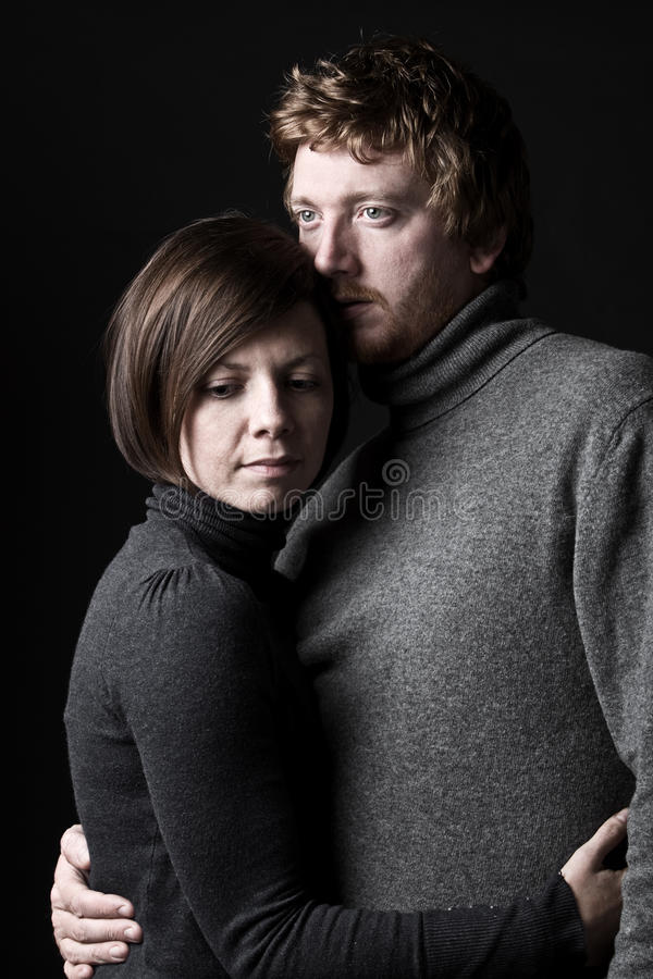 Paare 30s, die sich trösten lizenzfreies stockfoto